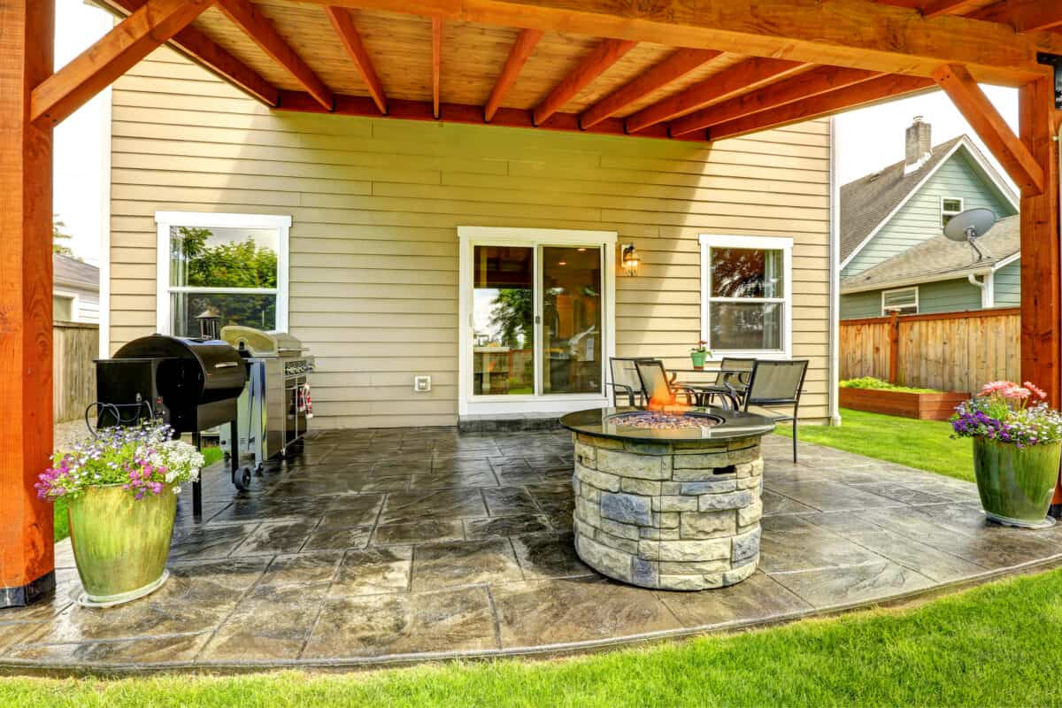 Pergola with excellent stainer covering backyard patio area.